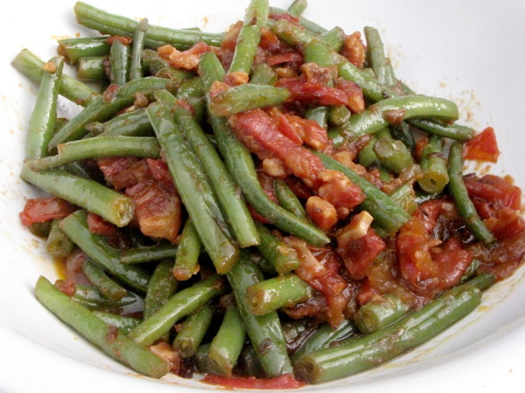 Green beans with tomatoes and pancetta